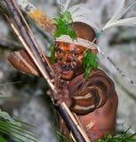 Krigarestam Yaffi i krigmålarfärg med pilbågar och pilar i grottan New Guinea ö Arkivfoton