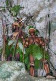 Krigarestam Yaffi i krigmålarfärg med pilbågar och pilar i grottan New Guinea ö Arkivbild