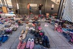 Krigflyktingar på den Keleti järnvägsstationen Arkivbild