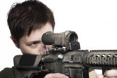 Krigkvinna med vapnet Arkivfoton