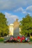 Krigmonument till Leonid Golikov, årig rysk partisan 16 i världskrig II novgorod veliky russia Royaltyfria Bilder