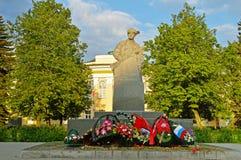 Krigmonument till Leonid Golikov, årig rysk partisan 16 i världskrig II novgorod veliky russia Arkivbild