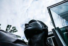Krigs- konstnärstaty utanför idrottshallen/dojoen som är svartvita, Bangkok Fotografering för Bildbyråer