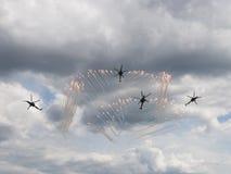 Krigsflygplanlanseringsfyrverkerier Royaltyfri Foto