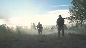 Krigsmakter som går på slagfält lager videofilmer