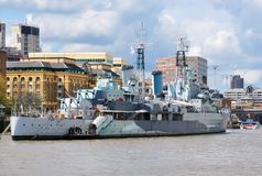 Krigsskepp på Thames River, London, UK royaltyfri fotografi