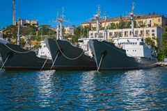Krigsskepp som anslutas i fjärden sevastopol crimea royaltyfria foton