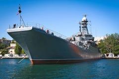 Krigsskepp som anslutas i fjärden sevastopol crimea royaltyfria bilder