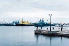 Krigsskepp står i fjärden Ryssland Kronstadt royaltyfri foto