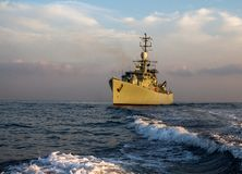 Krigsskepppatrull och att skydda i havet arkivbild