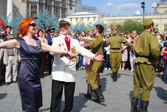 Krigsveteran dansar med en kvinna Arkivbilder
