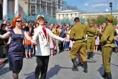Krigsveteran dansar med en ung rödhårig mankvinna Royaltyfria Bilder
