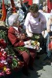 Krigsveterankvinnastående Hon sitter på en bänk och talar till en annan kvinna Royaltyfri Fotografi