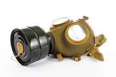 Krigtecken Gasmask från ww2 Den använda tappninggräsplan- och svartgasmasken kan illustrera fara, krig, katastrof eller annat beg royaltyfri foto