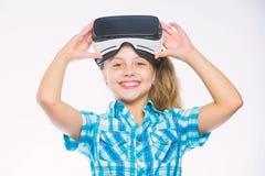 Krijg virtuele ervaring Meisjes leuk kind met hoofd opgezette vertoning op witte achtergrond Virtueel Werkelijkheidsconcept virtu stock afbeelding