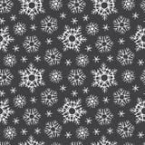 Krijt op zwart de winter naadloos patroon dat van raadssneeuwvlokken wordt getrokken stock illustratie