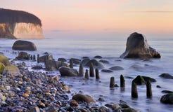 Krijtrotsen rotsachtige kustlijn Stock Foto