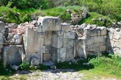Krim Bakhchisaray, grottastadsChufut grönkål Fördärvar av forntida moské Arkivfoton
