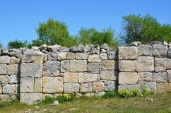 Krim Bakhchisaray, grottastadsChufut grönkål Fördärvar av forntida moské, byggt under regeringstiden av Janibek Khan av den guld- Arkivbild