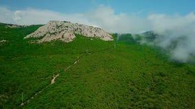 Krim med härlig sikt av berg och huvudvägvägen mellan bergen stock video