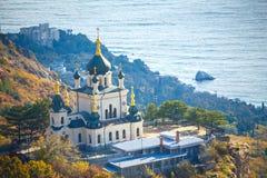 Krim som forosna kyrktar på en klippa som förbiser havet royaltyfri bild