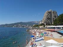 Krim Yalta Sikten av stranden och Blacket Sea seglar utmed kusten arkivbild