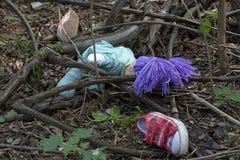 Kriminalistik und Untersuchung scherzen Schuhe im Wald Lizenzfreie Stockfotografie