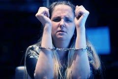 Kriminelle Hände sperrten in Handschellen lizenzfreies stockbild