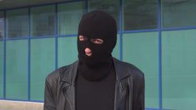 Krimineller Manndieb oder -räuber in der Maske lehnt ab, indem sie seinen Kopf rütteln Porträt des Mannes im Kopfschutz stock video footage