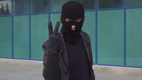 Krimineller Manndieb oder -räuber in Maskenzählungen bis drei Porträt des Mannes im Kopfschutz im Freien stock video