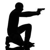 Krimineller Terrorist des Diebes, der Gewehrmann zielt lizenzfreie stockbilder