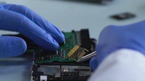 Kriminelles sachverständiges entfernendes microboard von gebranntem Handy, Untersuchung stock video