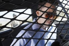 Kriminelles Sitzen im Polizeiwagen Lizenzfreies Stockfoto