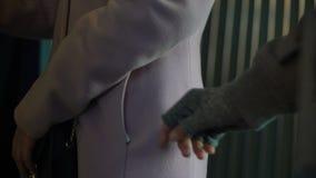 Kriminelles verstohlenes Geld von der unvorsichtigen weiblichen Pendlertasche, pickpocketing stock video