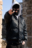 Kriminelles Zeigen mit einer Gewehr Lizenzfreies Stockbild