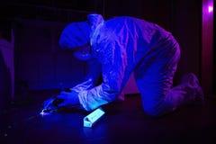 Kriminolog som samlar DNA på ställe av brottet Arkivbild