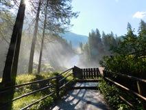 Kriml-Wasserfall in Österreich, Nebel morgens hell stockbild