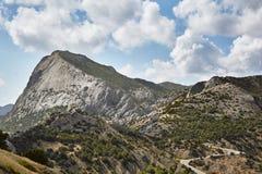 Krimsommerlandschaft mit Straße unter Wolken in der Reise stockbild