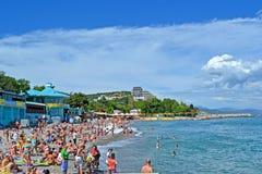 Krimtoevlucht, openbaar kiezelsteenstrand, Alushta, Royalty-vrije Stock Fotografie