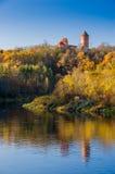 krimulda城堡和塔看法在gauja河反射了 库存图片