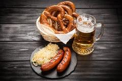 Kringlor, bratwurst och surkål royaltyfri fotografi