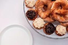 Kringlor och kakor med isläggning Royaltyfri Fotografi