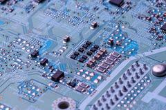Kringsraad met spaanders en radiocomponenten stock afbeelding
