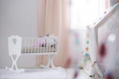 Krippe im Babyraum stockbild