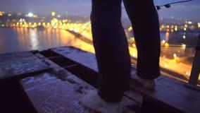 Krise, einsamer barfüßigmann, der auf Brücke, Selbstmordgedanken steht stock footage