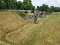 Krise im grünen Gras und in verlassener Zementstruktur Lizenzfreies Stockbild