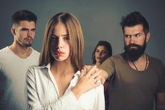 Krise und Selbstmordtendenzhoffnungen und -wünsche Mädchen mit zwei Männern Liebesbeziehungen von Leuten Familien-Psychologe stockfotos