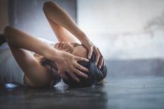 Krisen-oder der häuslichen Gewalt Konzept, Schwarzweiss-Bild einer jungen Frau, die ihr Gesicht nützlich zu veranschaulichen schr lizenzfreies stockbild