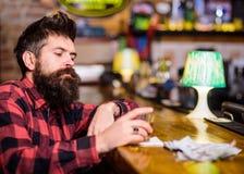 Krisen- und Alkoholismuskonzept Mann mit traurigem Gesicht sitzen allein stockbilder
