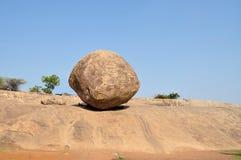 Krishna butterball, in evenwicht brengende reuze natuurlijke rots Stock Fotografie